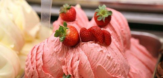 Helado de yogurt decorado con fresas.
