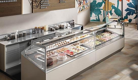 Exhibición de helados, pasteles y postres en vitrinas refrigeradas