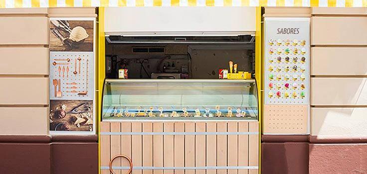 cartelera de heladeria con sabores disponibles y decorativa