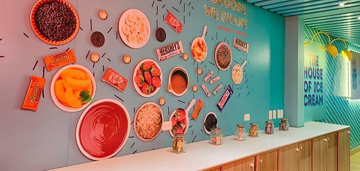 toppings sobre barra en heladeria con papel tapiz de comida de fondo