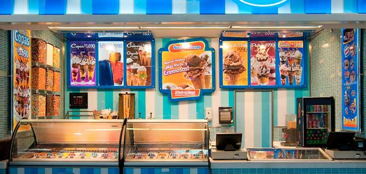 cartelera de menu de heladeria con fotos de helados sobre fondo verde