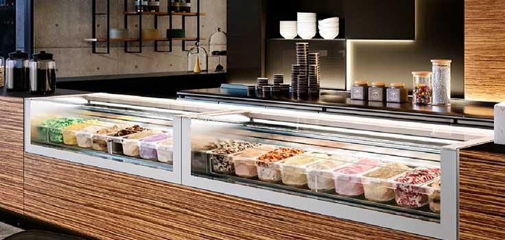 vitrinas con helados de sabores en el interior
