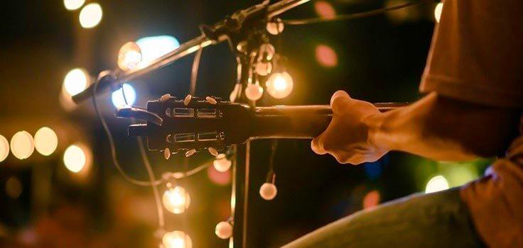 imagen de guitarra en un concierto