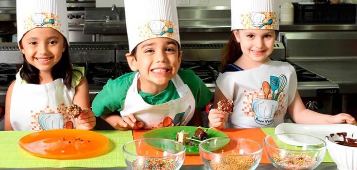 niños comiendo helado con chispas de colores