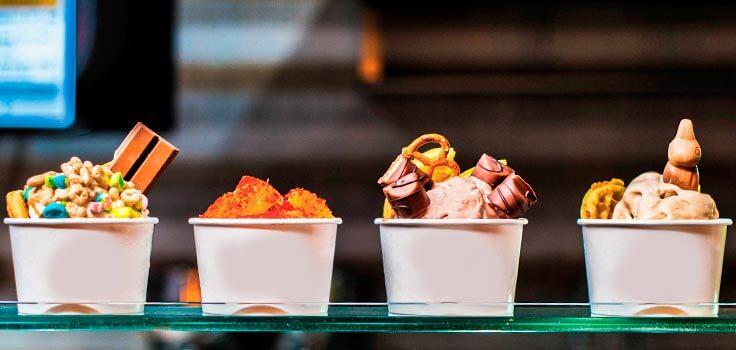 helados en vaso de diferentes sabores y toppings