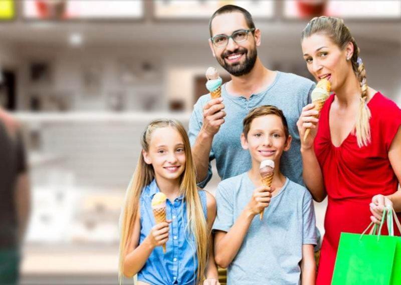 portada de familia comiendo helado