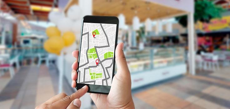 teléfono con mapa en mano de persona