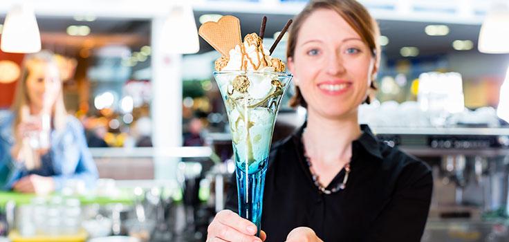 persona con helado en copa en la mano en heladeria independiente mas rentable