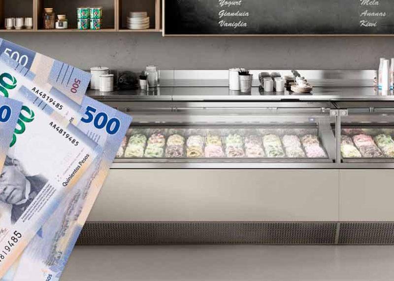 billetes mexicanos y vitrina refrigerada para helados