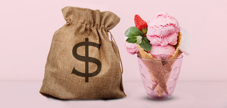 healdo de fresa en vaso con barquillo junto a bolsa con signo de dinero
