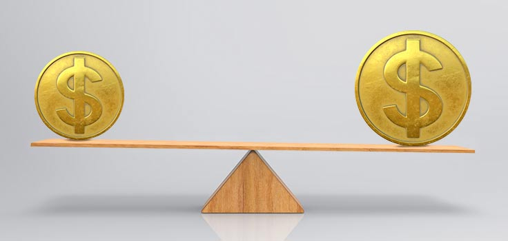 bascula pesando moneda dorada con signo de precio pequeña y moneda dorada con signo de precio grande en equilibrio