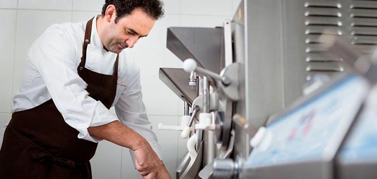 hombre usando máquinas para hacer helados