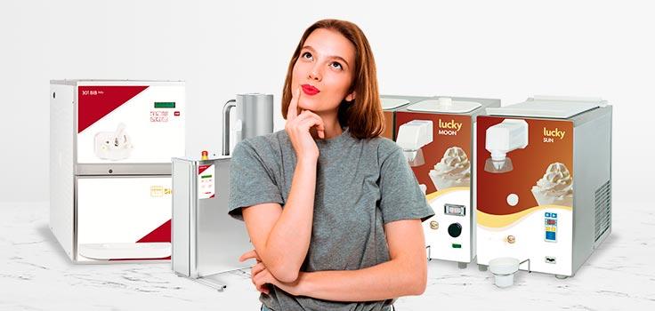 mujer pensativa enfrente maquinas para hacer helado