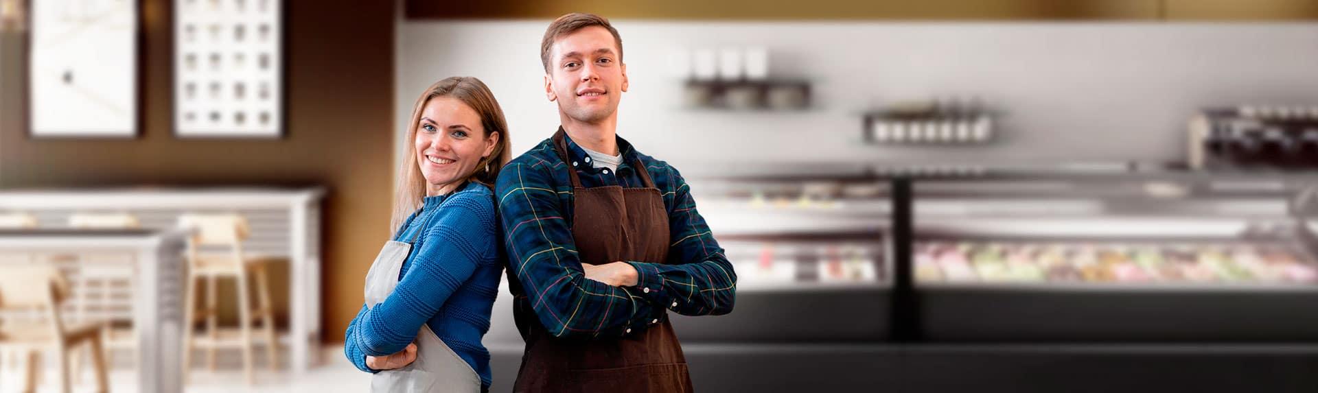 pareja en frente vitrina de heladería