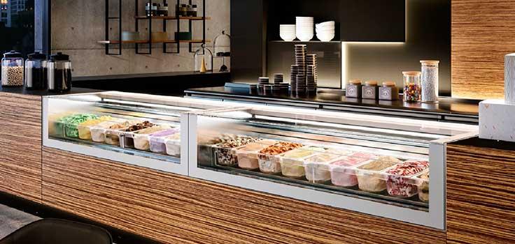 heladería con vitrinas refrigeradas con helados