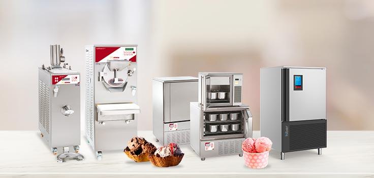 Máquina para hacer helado, abatidores de temperatura y mantecadora con helados en frente