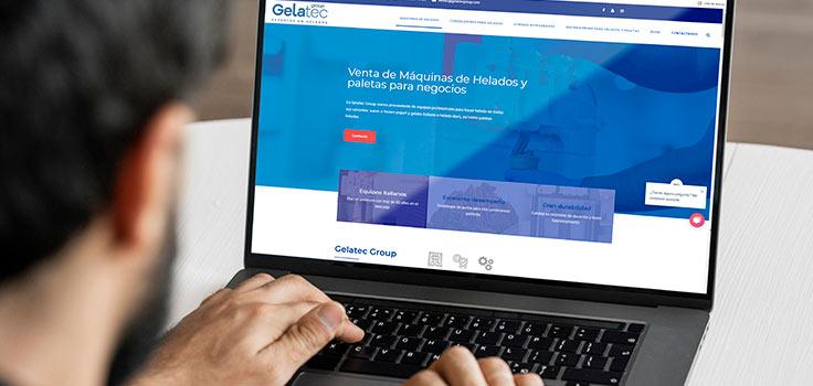 Imagen de persona usando una laptop navegando en la página de Gelatec