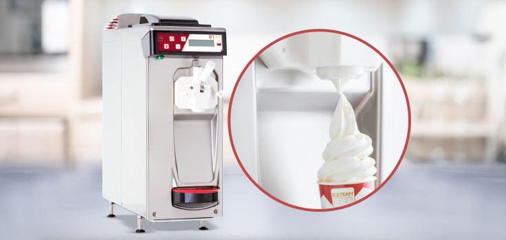 Máquina de helado suave de gravedad con helado recién servido