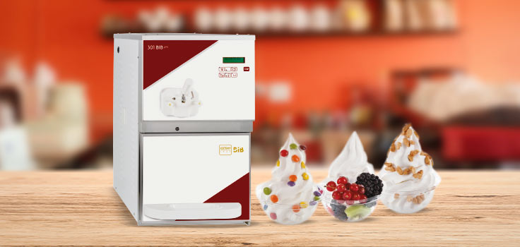 Máquina de helado suave modelo de banco al lado de helados con diferentes toppings